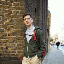 De Reus.  Vive en Londres con su novio americano.  Emprendedor, risueño, militante.  (La cursiva en las respuestas es suya)